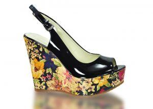 Páskové sandálky Marcella 2056 na klínu, černé s florálními motivy