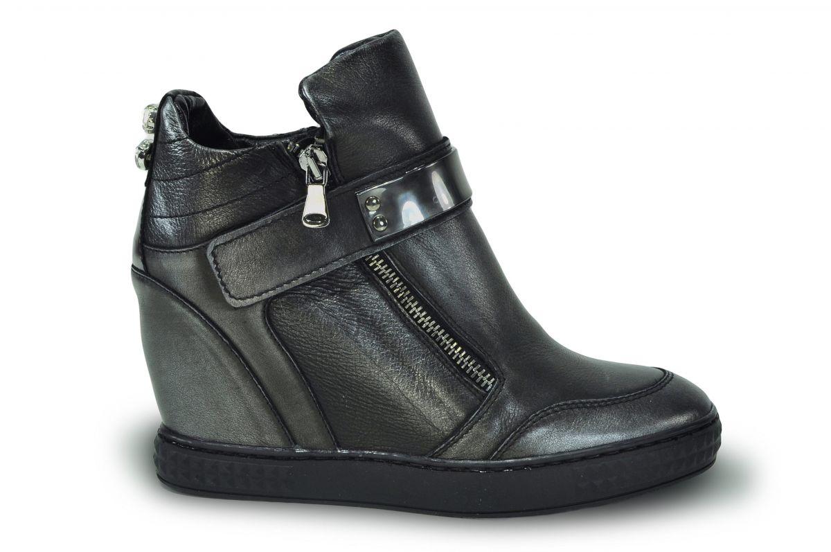 kožená a atestovaná obuv Kotníková kožená obuv Carinii B3586 s dekorativní  páskou na klínu  5087d3732a