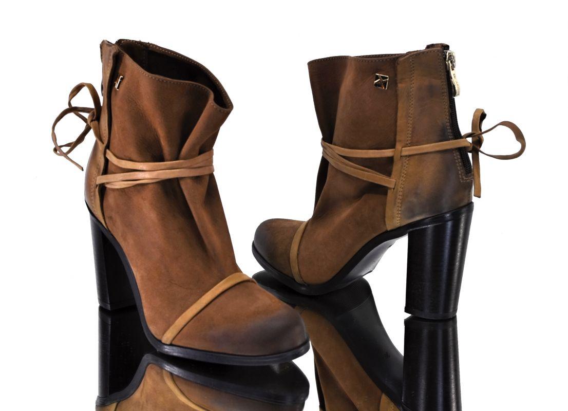 kožená a atestovaná obuv Kožené kotníkové boty na podpatku B.3359 hnědé  CARINII 3954b9b14e