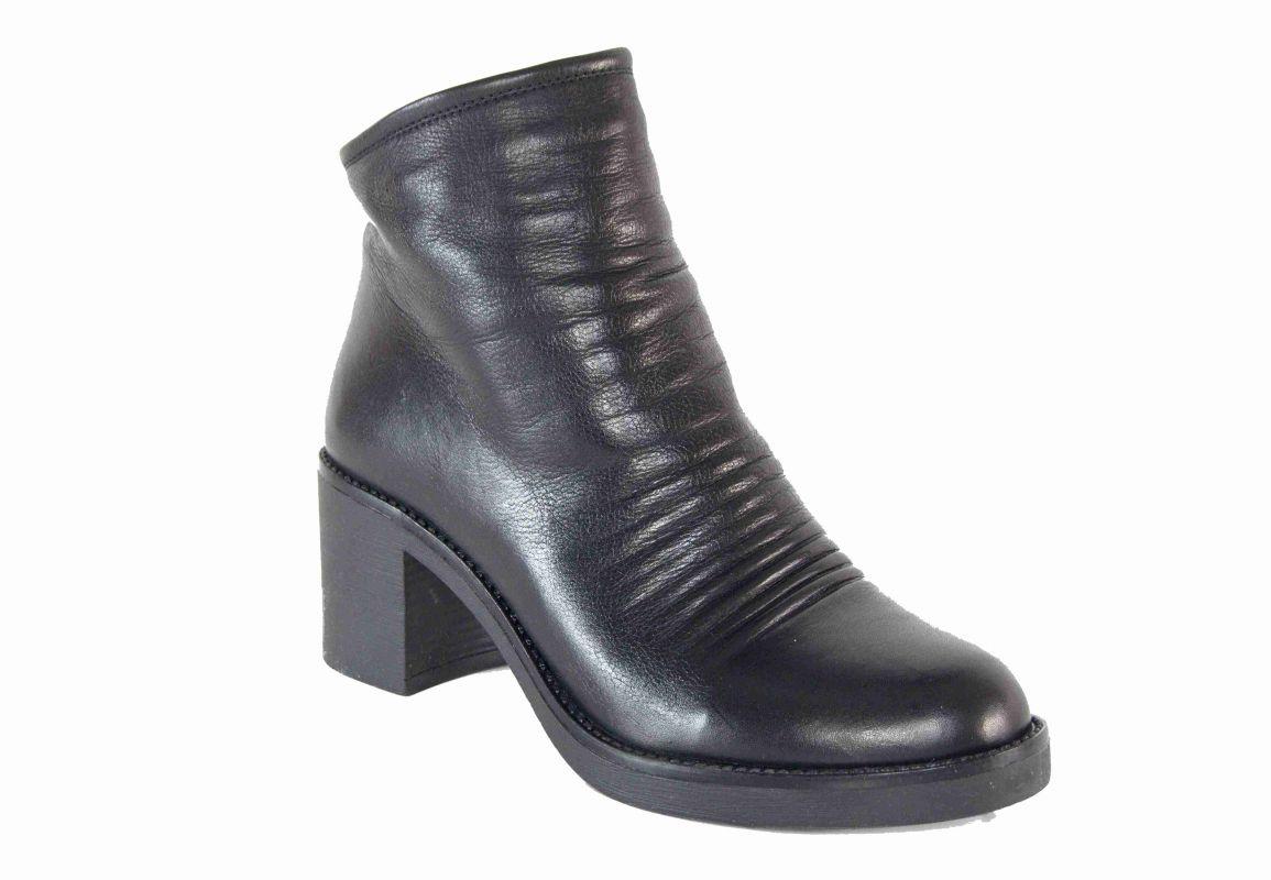 kožená a atestovaná obuv Zimní kotníčkové boty 1792 na podpatku, černé CARINII