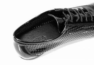 kožená a atestovaná obuv Lakované černé polobotky 4060 na šněrování Bagira