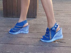 Kotníčkové sandály z džínoviny 5044 na světle modrém klínku