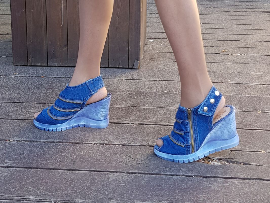 kožená a atestovaná obuv Kotníčkové sandály z džínoviny 5044 na světle modrém klínku - 38 Emani