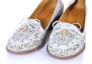 kožená a atestovaná obuv Dámské kožené boty na klínku 1.37 s perforací, bílé Corta Mussi