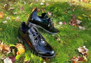 kožená a atestovaná obuv Dámské kožené lakované polobotky 04-119, černé Marcella