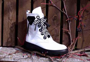 "kožená a atestovaná obuv Bílé sneakers s výrazným šněrováním ""015"", na černé hrubé podešvi Marcella"