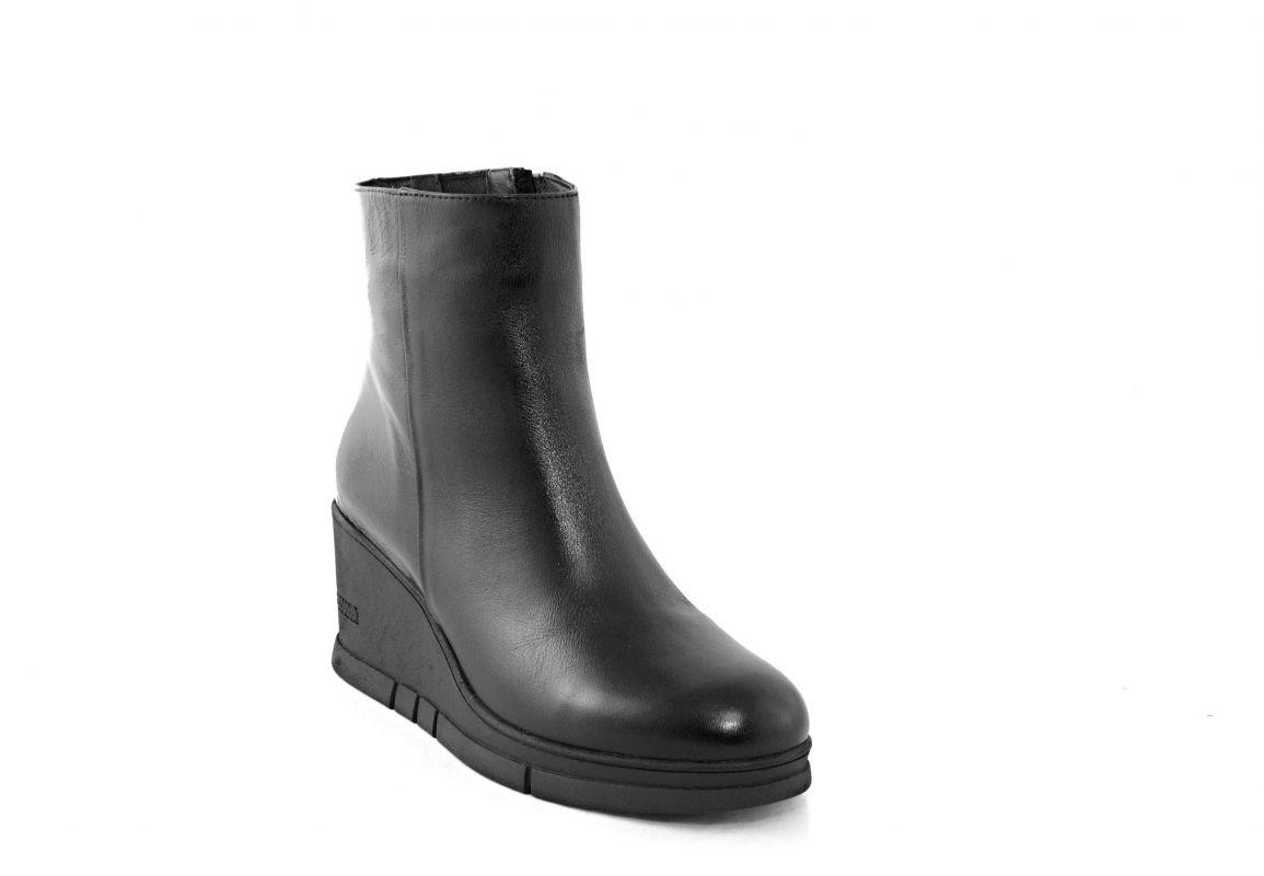 kožená a atestovaná obuv Zimní černé kotníkové boty 8571 na platformě s malým klínkem Marcella