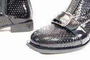 kožená a atestovaná obuv Černé designové kotníkové boty kožené 127, perforované, Basile