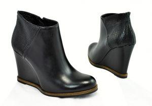 kožená a atestovaná obuv Kotníkové kožené botky Carinii B.3043 na klínu, černé