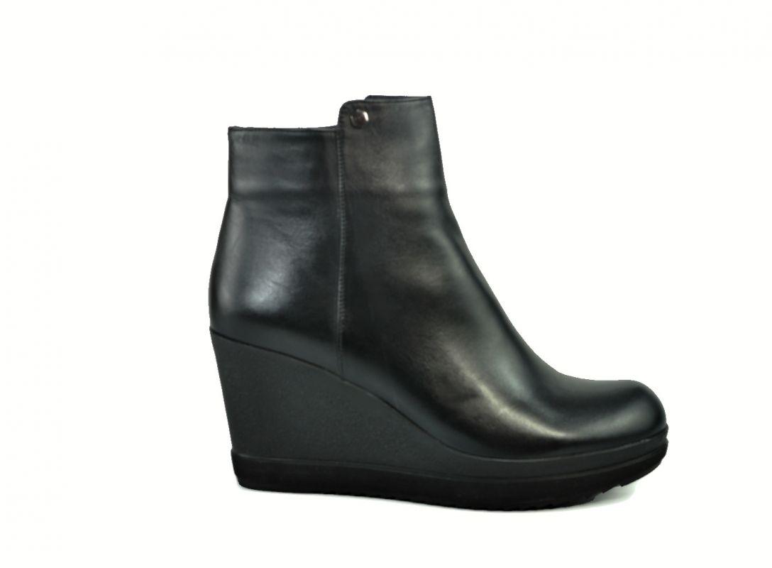 kožená a atestovaná obuv Kotníkové botky na klínku M-23, černé Carlo mussi