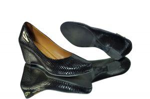kožená a atestovaná obuv Kožené lodičky 021 s perforací hadího motivu, černé Marcell