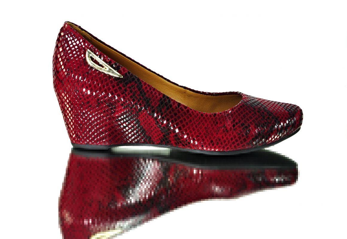 kožená a atestovaná obuv Krásné černé lakované lodičky SALA 3acc93403c