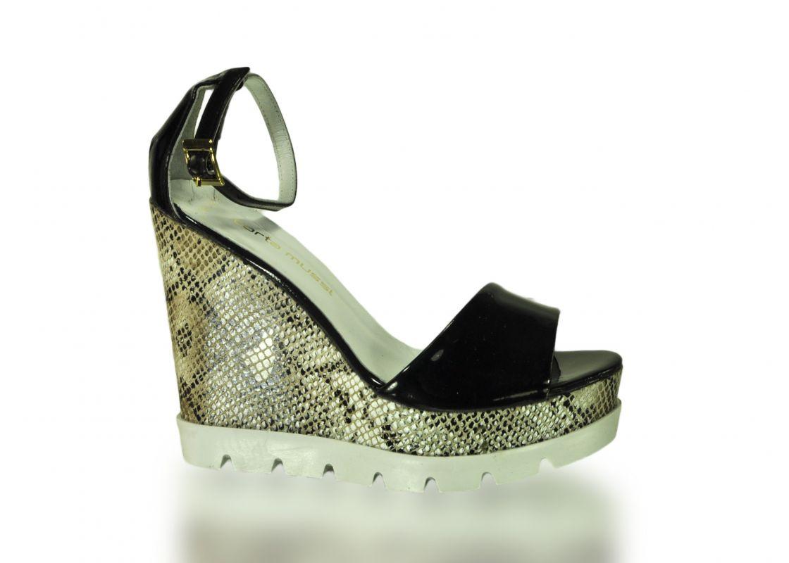 kožená a atestovaná obuv Páskové sandálky Corta Musi na klínu, bílo-černé Corta Mussi